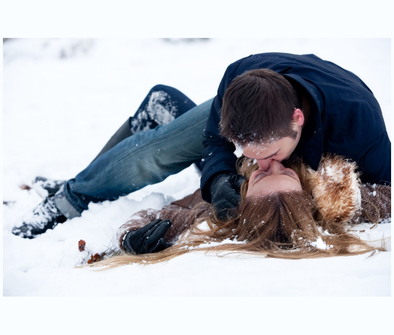 CoupleKissingInSnowsm